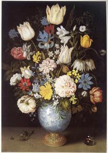 Bloemen in een porseleinen vaas met vergulde voet