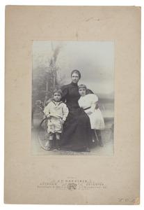 Portret van Catharina gravin Schimmelpenninck (1861-1950), Henriette Marie Steengracht (1889-1940) en Joan Willem Steengracht van Oostcapelle (1891-1934)
