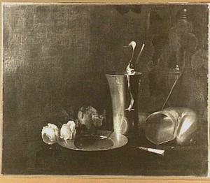 Stilleven van tinnen vaatwerk, nautilusschelp en twee rozen