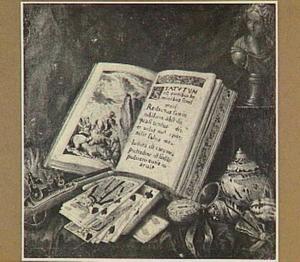Stilleven met boek, schelpen en een pistool