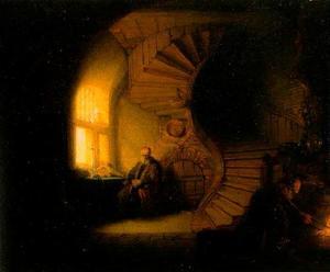 Oude man in een interieur met wenteltrap