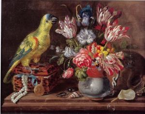 Stilleven met een papegaai, bloemen en insecten