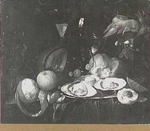 Stilleven met oesters, vruchten, glaswerk en een kreeftje