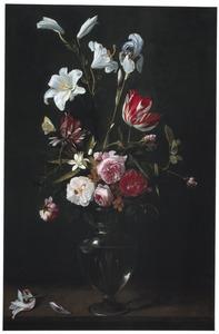 Lelies, rozen en tulpen in een glazen vaas, met vlinders, op een houten plint