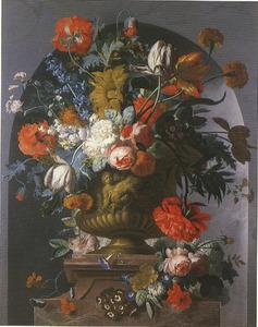 Bloemstilleven in een terracotta vaas, versierd met putti, op een piëdestal in een nis