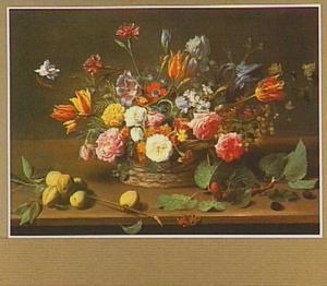 Stilleven van verschillende bloemen in een mand, op de voorgrond een tak met perziken en een tak met bramen