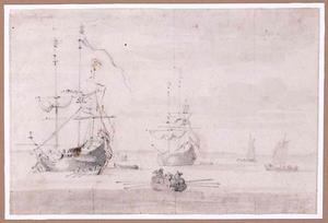 Twee statenjachten en kleine bootjes op zee