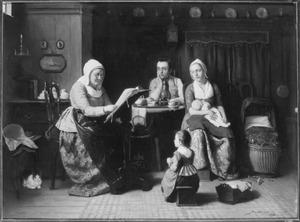 Gezin met lezende oude vrouw in interieur