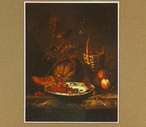 Vruchtenstilleven met schaal van blauw-wit aardewerk en een dekselglas
