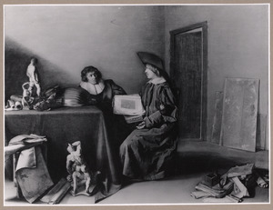 Twee mannen discussiërend over de kunst