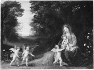 Maria met kind en putti naast een bospad