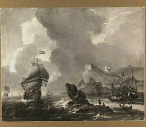 Schepen voor een mediterrane kust met rechts schepen op het strand