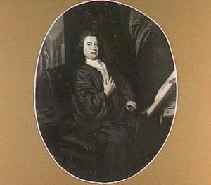 Portret van een man in kamerjas, zittend voor een tafel met boeken