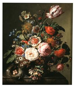 Stilleven van bloemen in een glazen vaas op een marmeren tafel, met links een vogelnest