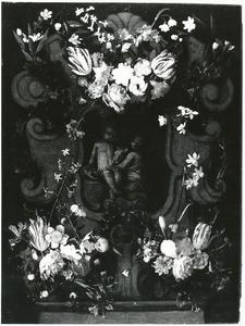 Cartouche versierd met bloemguirlandes rondom een voorstelling van het Christuskind met Johannes en een lam