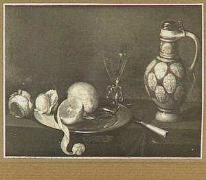 Stilleven van kruik, wijnglas, twee rozen en citroenen op een tinnen bord