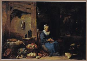 keukeninterieur met uienpellende oude vrouw