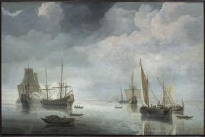 Schepen bij windstilte, links lost een fregat een saluutschot