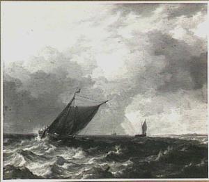 Zeilschepen voor de kust op bewegelijke zee