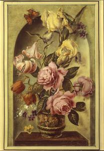 Bloemen in een gedecoreerde terracotta vaas in een nis