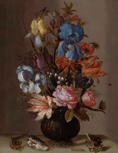 Bloemen in een glazen vaas op een stenen tafel, met schelpen, een hagedis en een rups