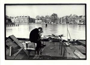 Leo van Herk aan het werk op een boot