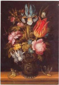 Bloemen in een roemer met een hagedis en een libelle, op een houten blad