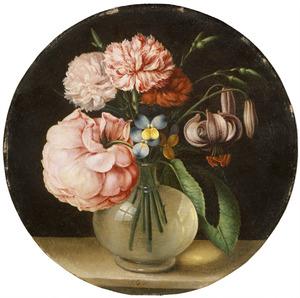 Tuinanjers, driekleurige viooltjes, een roos en een Turkse lelie in een glazen vaas