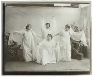 Portret van Frederika Wilhelmina Broese van Groenou (1875-1925), Emilia Broese van Groenou (1876-?), Francisca Carolina Broese van Groenou (1883-?) en Geertruida Louise Bom (?-?)