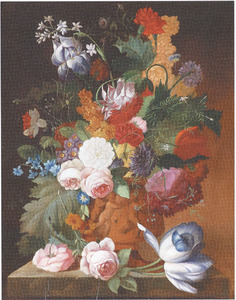 Bloemstilleven in een vaas, versierd met putti, op een stenen plint