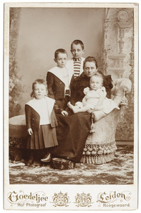 Portret van Cornelia Gerardina Kips (1865-1939) en haar vier zonen