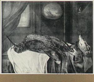 Stilleven van gevogelte op een tafel; links een venster en aan de wand een schilderij