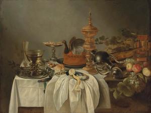 Stilleven met pastei en siervaatwerk