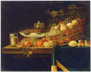 Stilleven met vructen in een mand, los en op een schaal, op een gedekte tafel