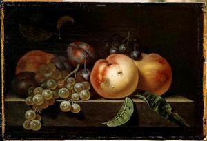 Stilleven van perziken, pruimen en druiven