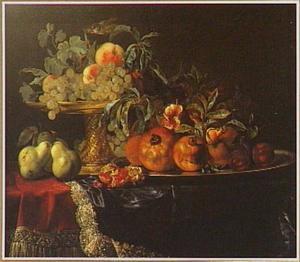 Stilleven van vruchten op een verguld zilveren tazza en een zilveren schotel, op een gedekte tafel