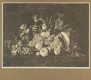 Stilleven van vruchten, zoutvat en kruik op een tafel