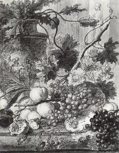 Stilleven van vruchten op een stenen plint voor een terracotta vaas met bloemen, rechts twee standbeelden