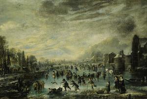 Winterlandschap met schaatsende, sleeënde en kolf spelende figuren op een bevroren vaart