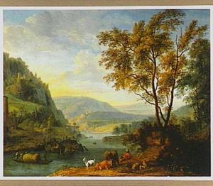 Berglandschap met enkele vrachtboten op een rivier