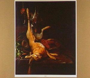 Stilleven met jachtgerei, dode haas en gevogelte op een marmeren tafelblad