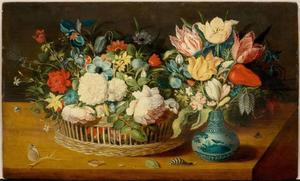 Bloemen in een mand en boeketje in een porseleinen vaas