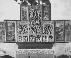 Pilatus wast zijn handen, Ecce Homo (binnenzijde linkerluik); De annunciatie, de visitatie, de geboorte, de aanbidding der Wijzen, de besnijdenis, de presentatie in de tempel, de kruisdraging, de kruisiging, de bewening (middendeel); De graflegging, de opstanding (binnenzijde rechterluik); Het maken van het kruis (binnenzijde linker bovenluik); Christus' verschijning aan Maria (binnenzijde rechter bovenluik)