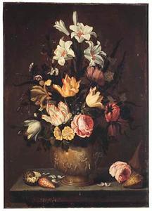 Bloemen in een met putti versierde vaas op een stenen plint.