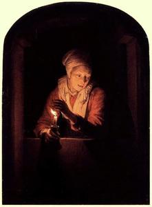 Een oude vrouw met een kaars in een venster