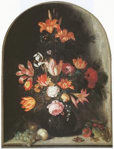 Bloemen in een glazen vaas in een nis met vruchten en hagedis