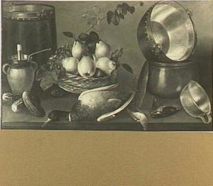 Stilleven met pannen en potten, een mand met vruchten, een eend en augurken op een tafel
