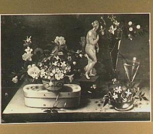 Stilleven met diverse boeketjes en een beeldje van Venus