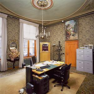 Kamer met laat 19de-eeuwse plafondschildering en bovendeurstuk