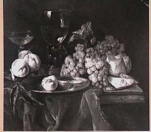 Stilleven met vruchten en glaswerk op een tafel met een donker kleed